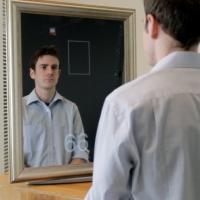 El estudiante Daniel McDuff probando el dispositivo incorporado en un espejo.